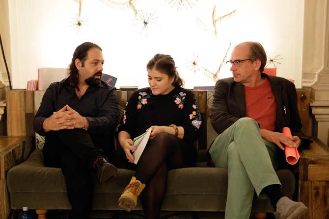Kunstfertigkeit unter Pusteblumen: Wassim Mukdad (Oud-Spieler) Noor Kanj (Dichterin) und Günther Orth (Übersetzer) warten auf ihren Auftritt, während Noors Mann, der Dichter Galal Alahamdi die gemeinsame Tochter Eve über das knarzende Parkett schiebt.