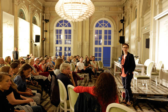 Sonja Anders, Chefdramaturgin und stellvertretende Intendantin des Deutschen Theaters, auch eine der 100 Gründerinnen, begrüßt die Gäste und freut sich mit uns über ein full house für arabische Lyrik und Musik.