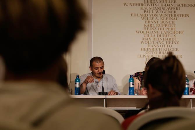Ich sitze jetzt einsam / am runden Tisch / ich sitze rund / um mich selbst herum (Galal Alahamdi)