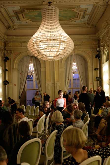 Der Saal füllt sich. Alte Leuchter freuen sich über junge Gäste.