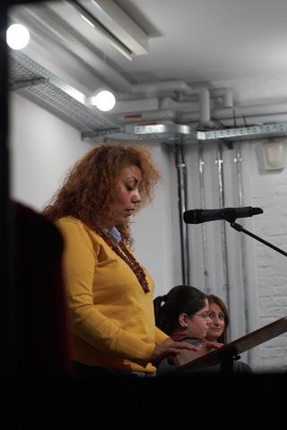 Die in Syrien geborene Lyrikerin Rasha Habbal, die mit ihren Gedichten das Publikum verführt, schreibt derzeit an ihrem ersten Roman. Rasha Habbal erhielt 2018 als erste Autorin das Stipendium 'Torschreiber am Pariser Platz' der Allianz Kulturstiftung und der Stiftung Brandenburger Tor für Schriftsteller*innen im Exil.
