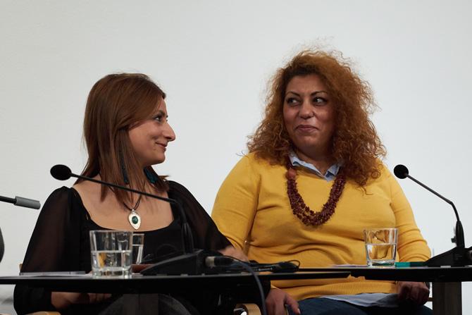 Rasha Habbal und Widad Nabi nahmen das Publikum mit auf eine poetische Reise zu Gartenherzen, nassen Kreiden und Begräbnishüten und hatten dabei sichtlich Spaß.