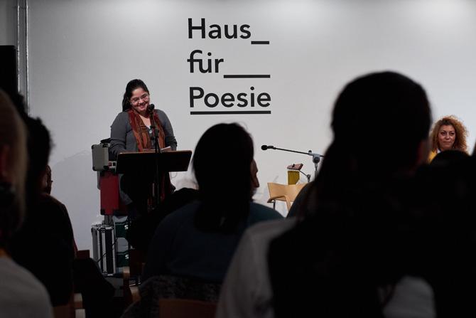 Und zur Freude aller hat sie zwei ihrer herausragenden Gedichte vorgetragen.