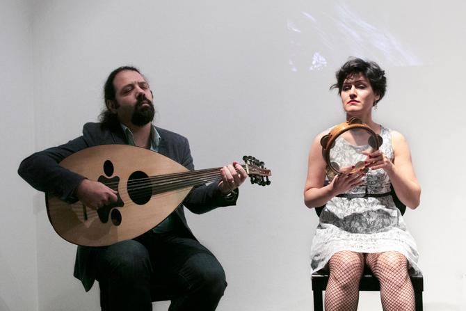 """Eingeleitet wurde der Abend von dem syrischen Musiker Wassim Mukdad und der Musikerin Berivan Ahmad, die derzeit als Oud-Percussion Duo mit dem Programm """"Eine Reise durch den Orient"""" in ganz Deutschland auftreten."""