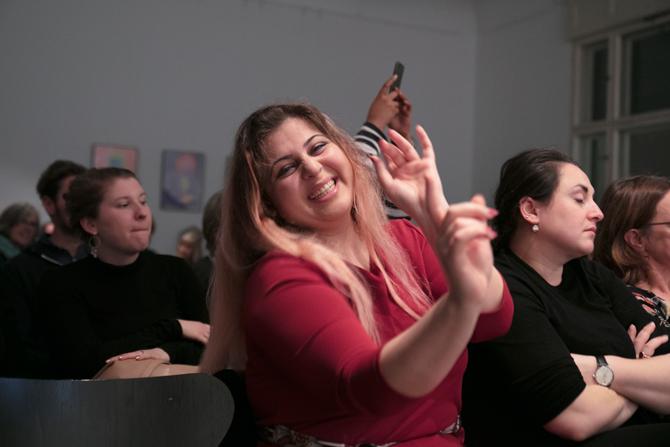 Und auch sitzend kann Lina Atfah gar nicht anders als tanzen.