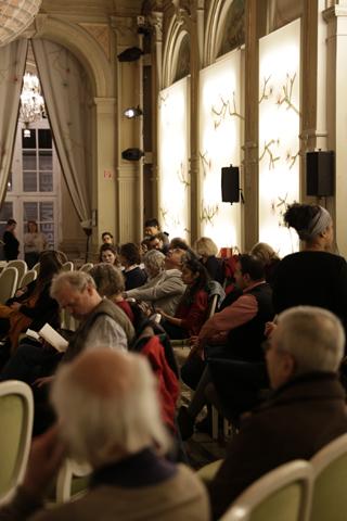 """Das Publikum findet sich zur Lesung """"Wir wollen nur das Leben. Über Tod, Verlust und Hoffnung"""" ein."""