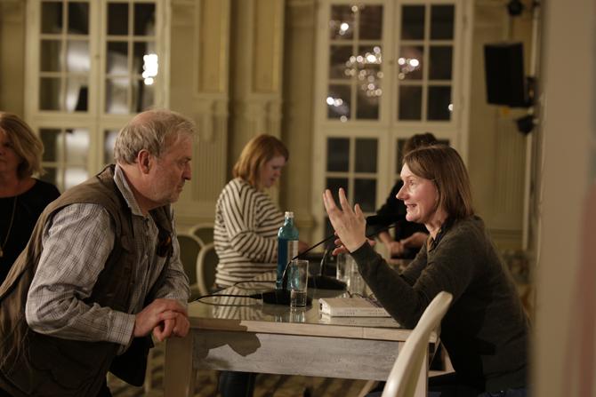 """Kristine Bilkau diskutiert mit einem Besucher über den Auszug aus ihrem letzten Roman """"Eine Liebe, in Gedanken""""."""