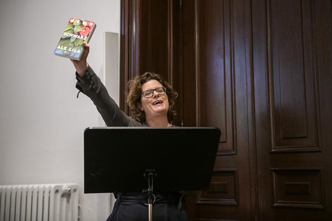 """) Die Leiterin des Literaturhauses Sonja Longolius feiert Lena Goreliks letzten Roman """"Mehr Schwarz als Lila"""". Auch die Moderatorin des Abends Annika Reich streckte im Laufe des Abends mehrere Bücher euphorisch in die Luft: Yamen Husseins Briefwechsel mit dem persischen Dichter Said beispielsweise, oder die Anthologien """"Das Herz verlässt keinen Ort, an dem es hängt"""" und """"WIR SIND HIER. Geschichten über das Ankommen"""", in denen Lena Gorelik und Yamen Hussein Texte veröffentlicht haben."""