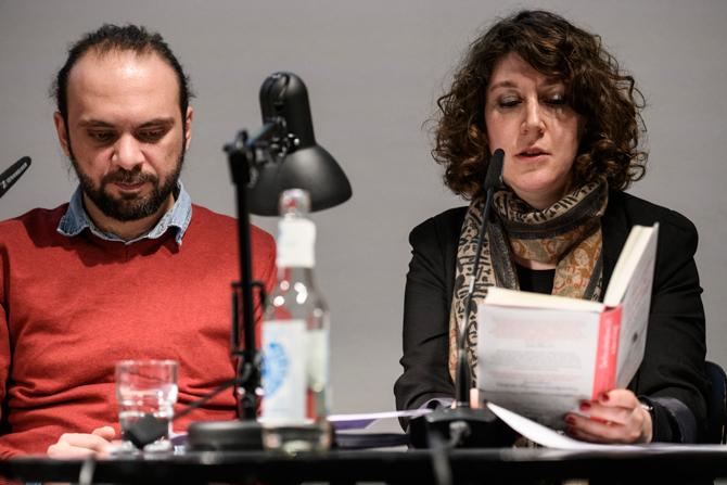 Yamen Hussein und Lena Gorelik haben sich in München kennengelernt, sich gegenseitig die Stadt gezeigt und von ihrem Schreiben erzählt. Ihre Texte sind wütend und zärtlich, geschichtsbewusst und zukunftsoffen und handeln immer auch vom Begehren in schwierigen Zeiten.