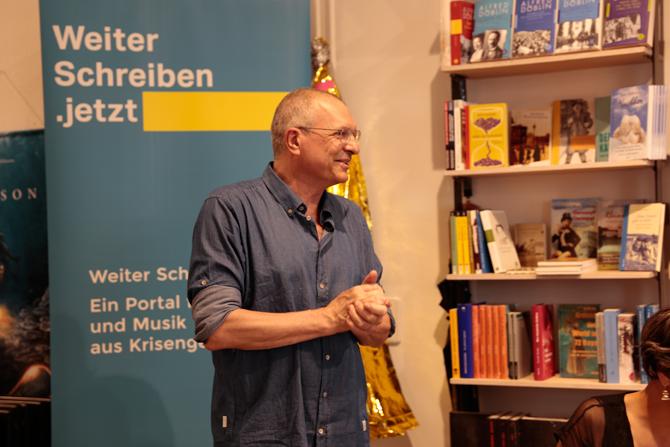 Der Buchhändler Jörg Braunsdorf ist mit WIR MACHEN DAS und Weiter Schreiben von Anfang an verbunden. Er selbst engagiert sich seit Jahren gegen Rechtsradikalismus.