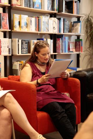 """Tanja Dückers las die deutschen Übersetzungen von Leila Chamma und Mustafa Al-Slaiman in ihren Nachdichtungen und einen Text, den sie ganz zu Beginn ihrer Zusammenarbeit geschrieben hat: """"Ein Monster, das immer fortfahren wird""""."""