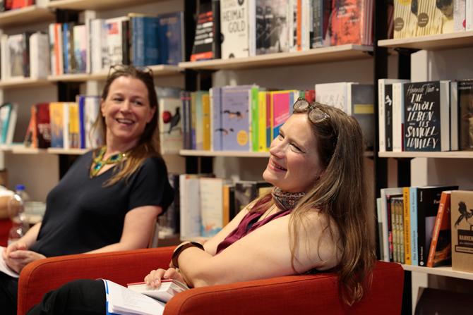 Annika Reich und Tanja Dückers unterhalten sich über Tanjas Stadtteil-Schokoladen, die neben ihrer schriftstellerischen und publizistischen Arbeit auch noch erfindet. Wie Wannsee schmeckt, wo Galal momentan am LCB mit dem Torschreiber Stipendium wohnt, weiß sie noch nicht, aber eine Zehlendorf-Schokolade gibt es schon.