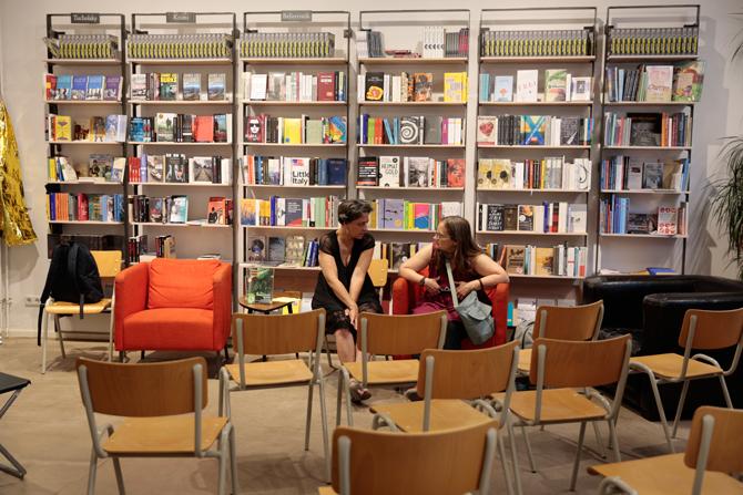 Nach der Lesung weiter reden: Leila Chamma, die Übersetzerin des Abends, mit Tanja Dückers.