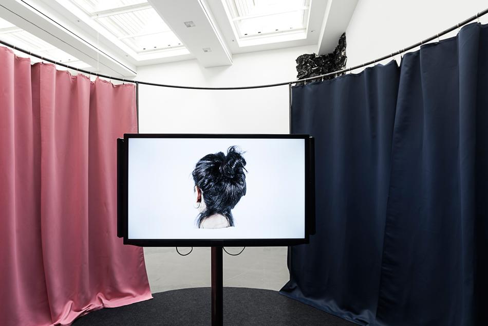 Installation von Donja Nasseri, Titel: Fragments of memory / der letzte Haken (2017)