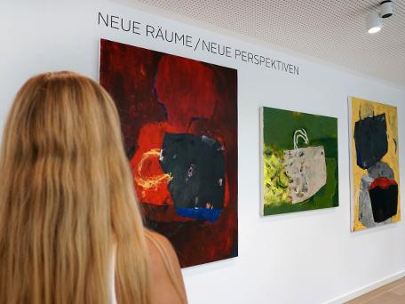 Ausstellungsansicht Neue Räume/Neue Perspektiven mit Bildern von Ala' Hamameh. Foto: Jennifer Heimann