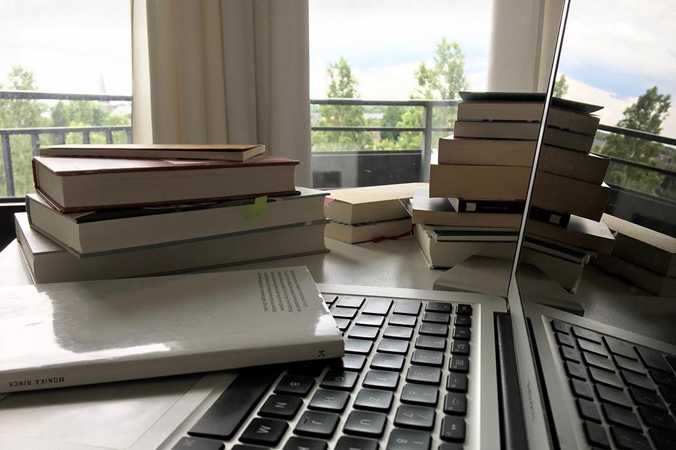 Bild mit Büchern, Computer und Blick aus dem Fenster. © Pegah Ahmadi