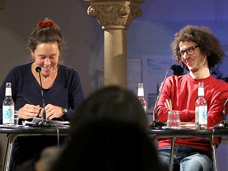 Monika Rinck und Ramy Alasheq bei einer Lesung. Foto: Teddy Moarbes