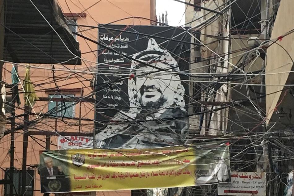 Gasse in Stadtteil Schatila, Beirut, mit einen Bild von Arafat © Katerian Poladjan